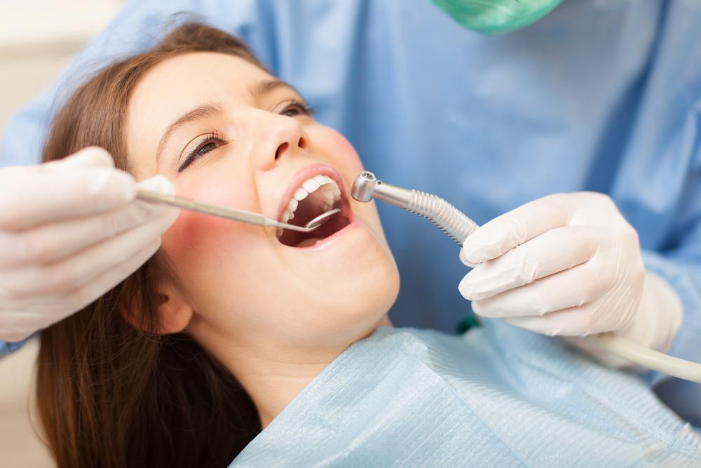 患者の歯科治療を行う歯医者