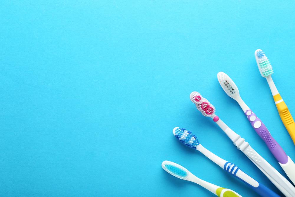 青の背景に歯ブラシ